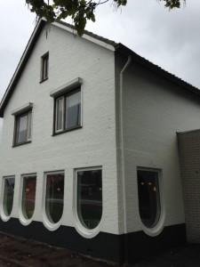 De buitenmuren van  Zorghuis Twente wit gesausd.